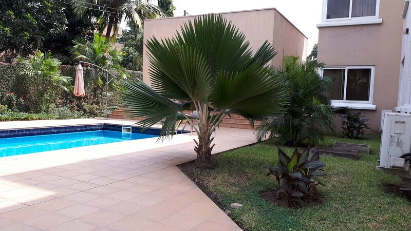 Charming 3-Bed Apartment Airport Residential Accra, holiday rental in Achimota