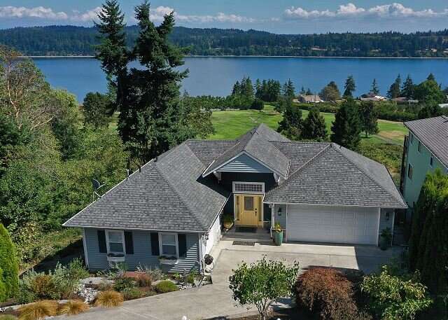 4 bedrooms,3.5 baths + gym & game room overlooking sound & golf course(293), vacation rental in Freeland