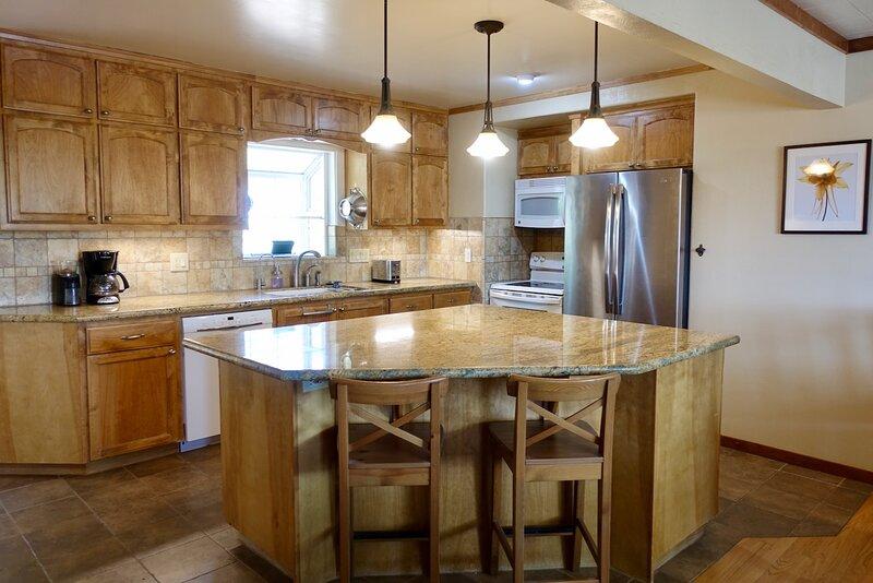 Cozy Home Near Yosemite Features Gourmet Kitchen and Short Walk to Downtown, alquiler de vacaciones en Mariposa