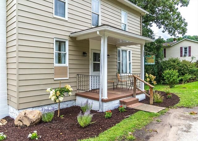 Yough Guest House - A Spacious House on a Large Lot in the Heart of Ohiopyle, location de vacances à Markleysburg