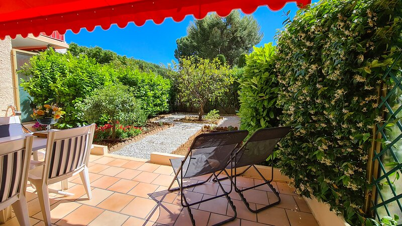 75m² garden (living room side) with deckchairs, garden furniture, plants, flowers and lemon tree