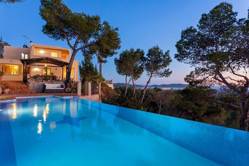 Villa in Ibiza Town with infinity pool, sleeps 10 - Villa Vistas, vakantiewoning in Ibiza-stad