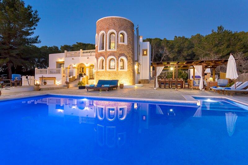 Villa in San Rafael with infinity pool, sleeps 12/14 - Can Señora, aluguéis de temporada em San Rafael