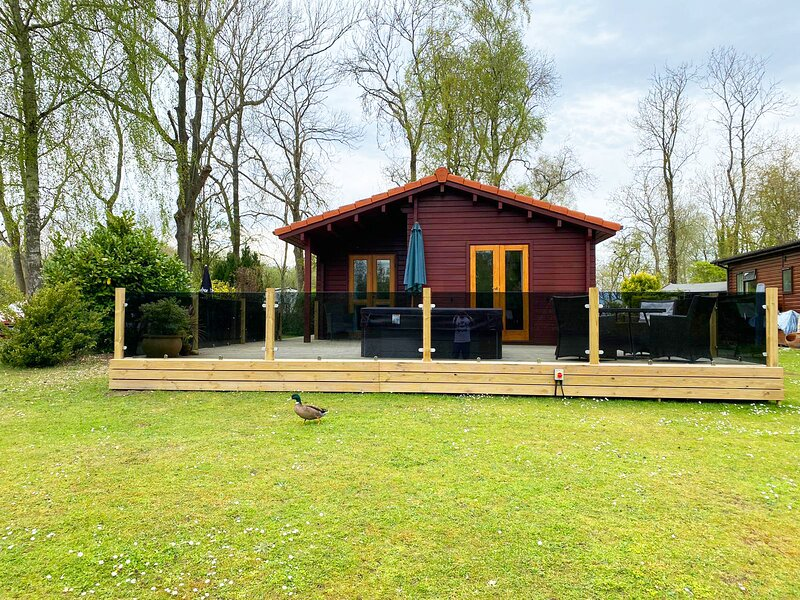 Eider Lodge at the Duck Lake - Tattershall Cabins, holiday rental in Kirkby on Bain