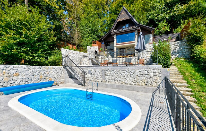 Beautiful home in Zadobarje with Outdoor swimming pool and 4 Bedrooms (CCL102), location de vacances à Metlika