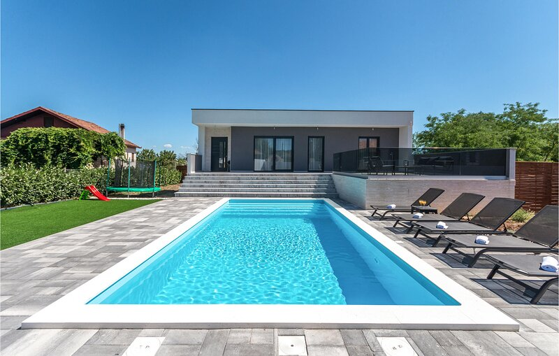 Stunning home in Rastane Donje with Outdoor swimming pool, WiFi and 3 Bedrooms (, holiday rental in Donje Raštane