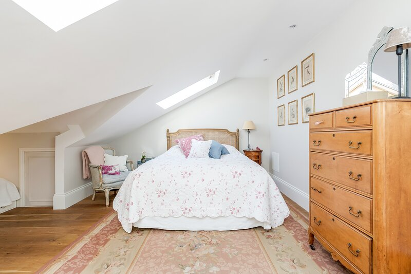 Sleep under the stars/ penthouse family room/ private Bath / Richmond / London, holiday rental in Kingston upon Thames
