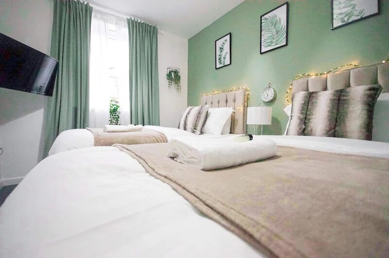 City Centre Stay Sleeps 5 with Gated Parking, holiday rental in Wolvey