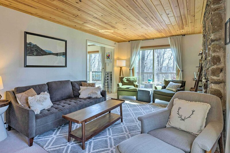 NEW! Cozy Wintergreen Resort Home w/ Fire Pit!, holiday rental in Montebello