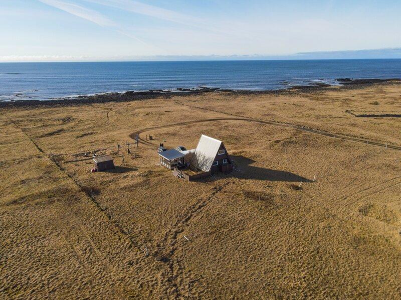 A frame cabin set on beautiful coastline in the Reykjanes GEO park, location de vacances à Grindavik