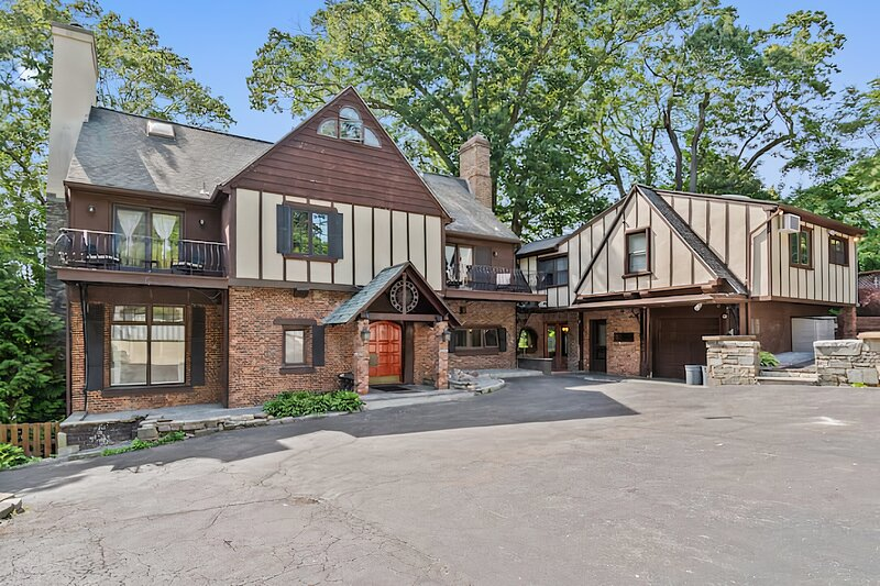 The Westchester Palace- 6BR Mansion w/ King Bed + Pool Near NYC, vacation rental in Katonah