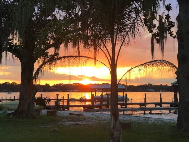 Rest, Swim, and Relax at our Cozy Lakefront Tiki Bungalow, aluguéis de temporada em Lockhart