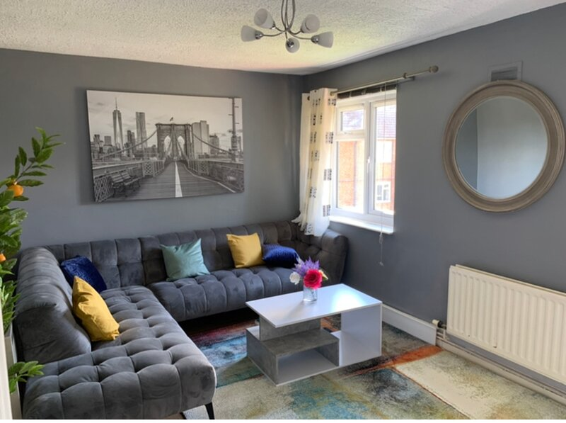 Impeccable 2 bed flat in Ashford near Ashford Int, holiday rental in Chatham