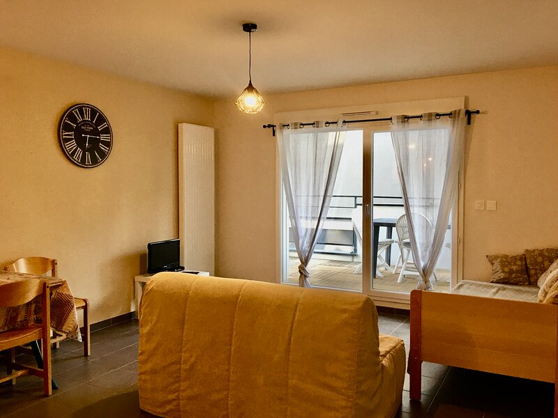 Bel appartement neuf avec terrasse proche centre, holiday rental in Fixin