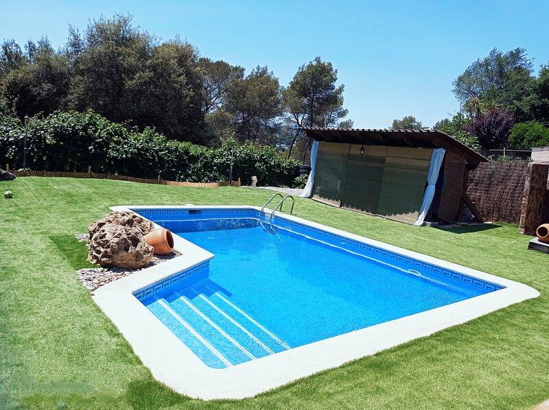 Cerca de Barcelona en Casa Chalet,1 habitación para 4,baño privado,wifi, jardín, vacation rental in Corbera de Llobregat