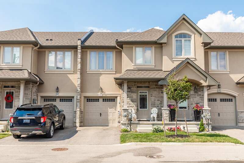 Simply Comfort. Modern Lakeshore 3BR 3BA Townhouse. BBQ. Parking, alquiler vacacional en Lincoln