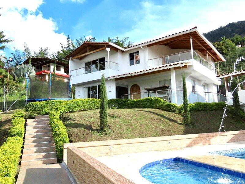 Amazing 5 bdrm Villa with view of Piedra el Peñol, alquiler vacacional en San Rafael