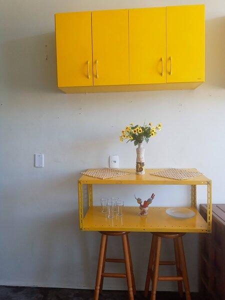 armário de parede com mesa aparador e 2 banquetas