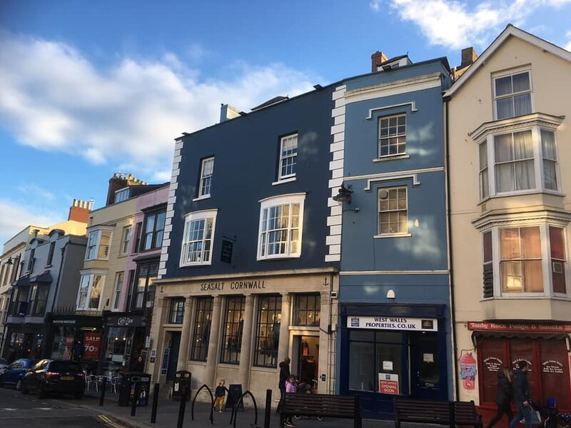 Tudor Apartment, Tenby Town - Wifi included. Beach & restaurants on doorstep, holiday rental in Tenby