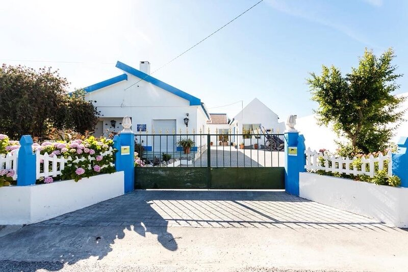 Beautiful blue Villa with private pool, vacation rental in Alenquer