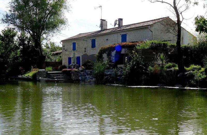 Nice house with garden & terrace, alquiler vacacional en Damvix