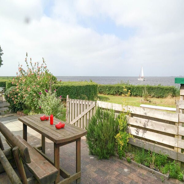 4 pers Holiday home Aurora with directly on the Lauwersmeer, holiday rental in Moddergat