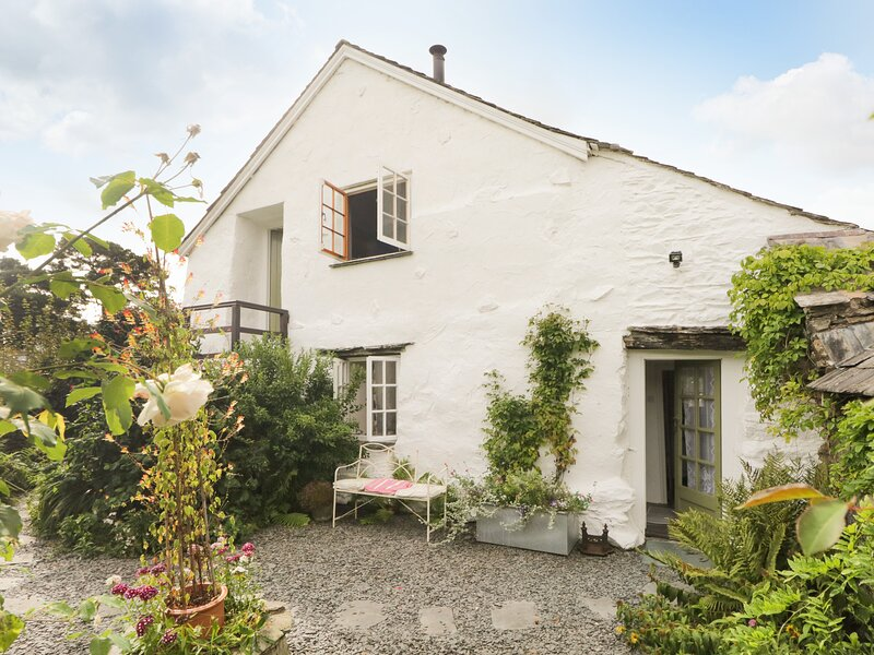 THE SHIPPEN, semi-detached cottage with woodburner, king-size bed and enclosed, vacation rental in Rusland