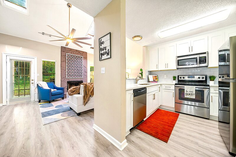 Kennesaw Peaceful-Fully renovated! 2BDR King Max 6, KSU University. Next to I75, vacation rental in Acworth