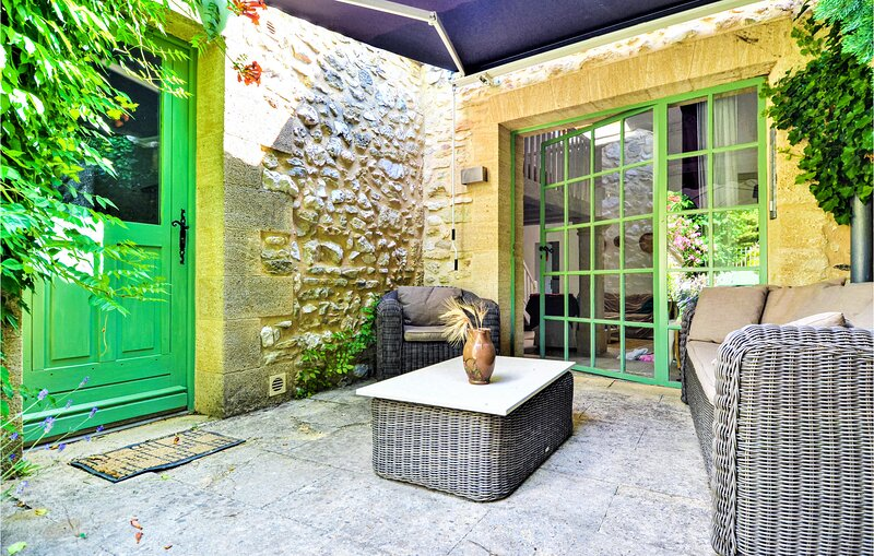 Awesome home in Flaux with WiFi and 2 Bedrooms (FLG643), casa vacanza a Argilliers