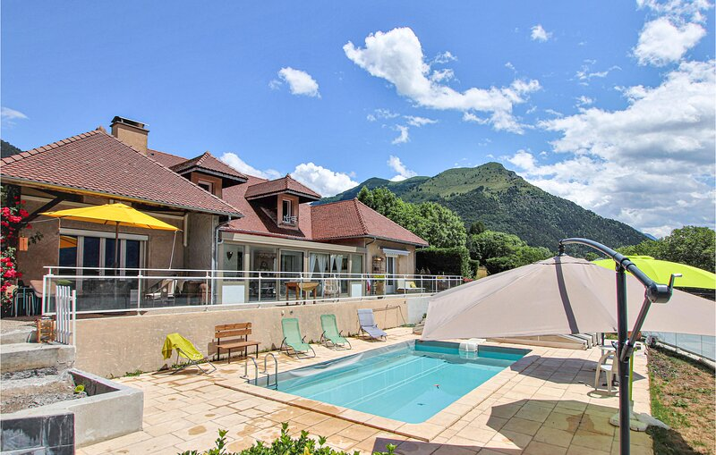 Amazing home in Corps with Outdoor swimming pool, WiFi and 3 Bedrooms (FRI023), holiday rental in Valbonnais