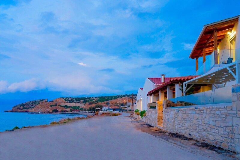 4 Bedroom Beachfront Villa with Private Pool, Skaleta, Rethymnon, Crete, alquiler de vacaciones en Skaleta
