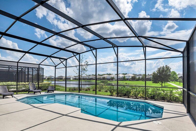 Family Resort - 6BR Luxury Home - Private Pool, BBQ and Theater, holiday rental in Kissimmee