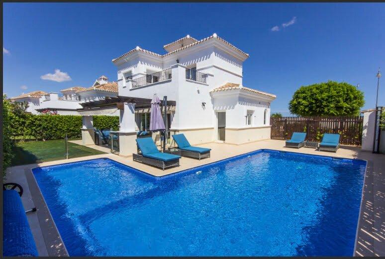 Family friendly Golf Resort Villa with a stunning private jacuzzi pool, aluguéis de temporada em Torre-Pacheco