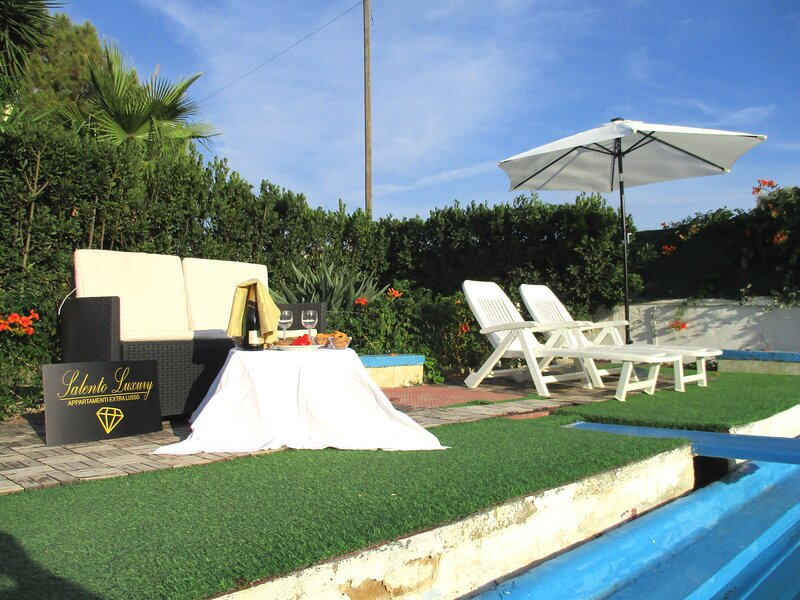 Luxury Holiday House Con Piscina a Porto Cesareo Torre Squillace, holiday rental in La Strea