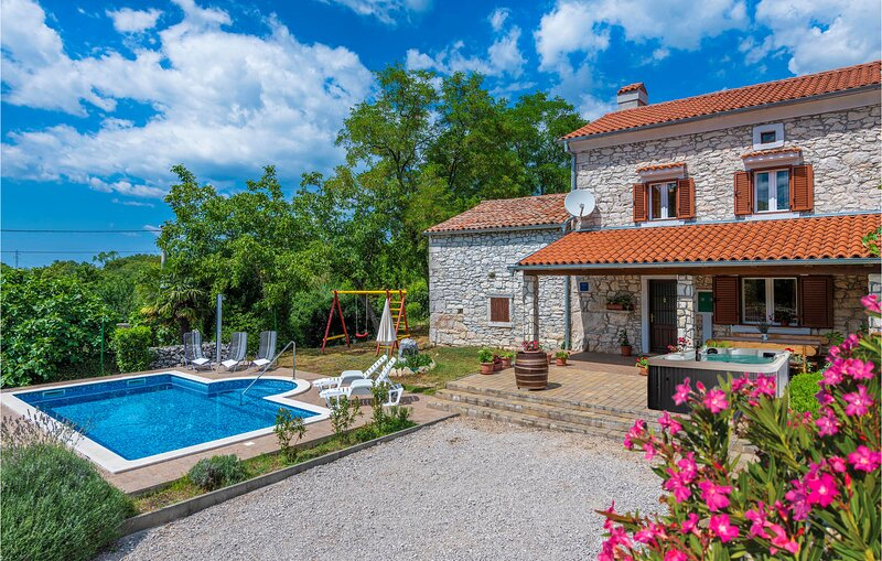 Awesome home in Erzisce with WiFi and 2 Bedrooms (CIK734), location de vacances à Nedescina