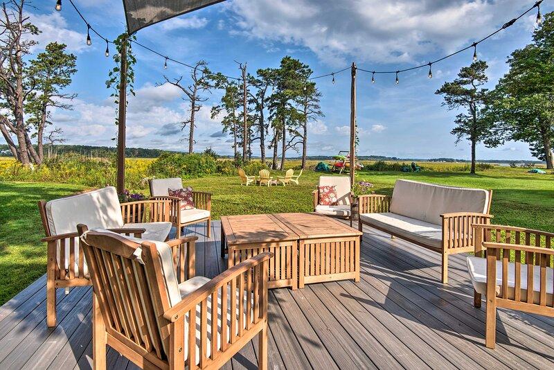 Charming Pine Point Cottage - 2 Blocks to Ocean!, alquiler vacacional en Scarborough