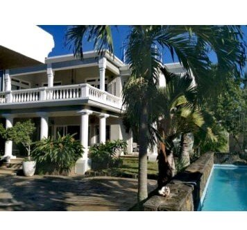 Luxury Villa with Car offered, Private Pool and 5mins walk to the beach, alquiler vacacional en Pointe aux Canonniers