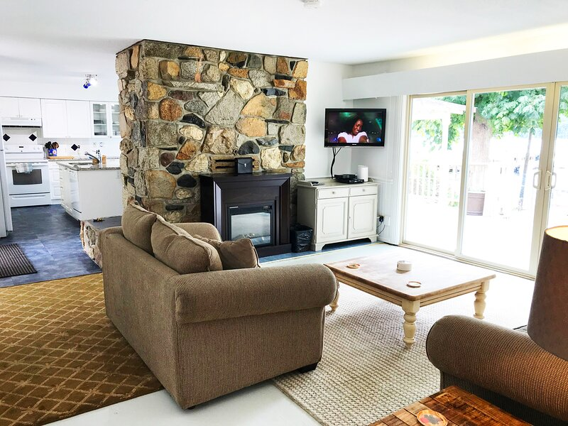 SEA GLASS LODGE AT WATERS EDGE + SANDY BEACH - 4 Beds, vacation rental in Sechelt