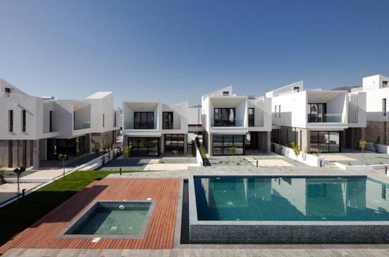 Avalon 1 Villa 9 communal pool, aluguéis de temporada em Emba