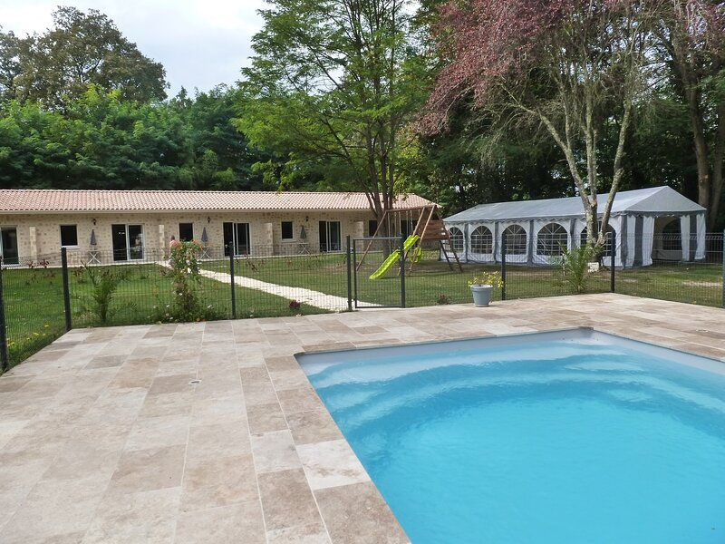 5 Gites T2 20 personnes au total avec piscine chauffée, holiday rental in Loupiac