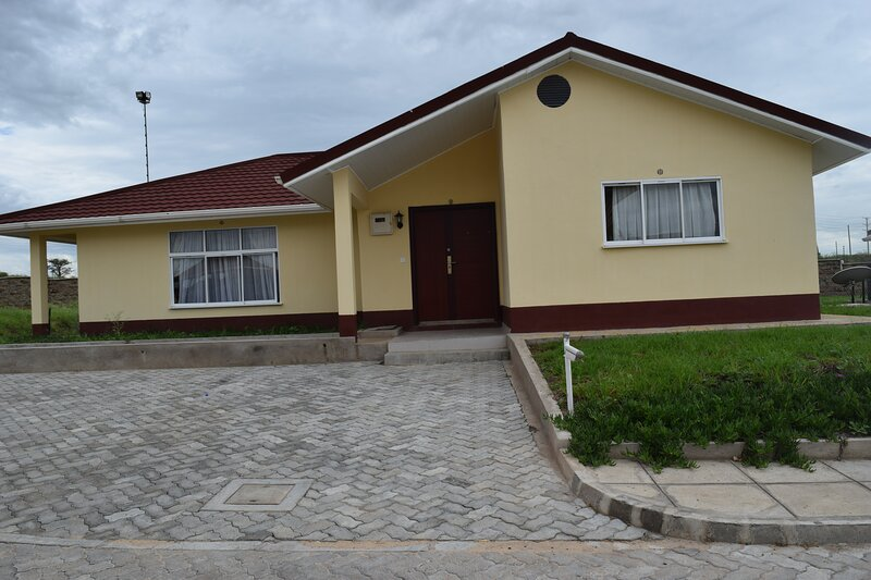 4 Bedroom Spacious Bungalow at Sundowner Hotel, Greenpark Estate, holiday rental in Athi River