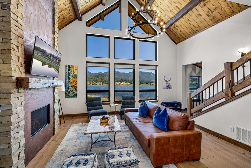 Brand New Lake Front Cabin located on Lake Estes! Indoor/Outdoor Fireplace, alquiler de vacaciones en Glen Haven