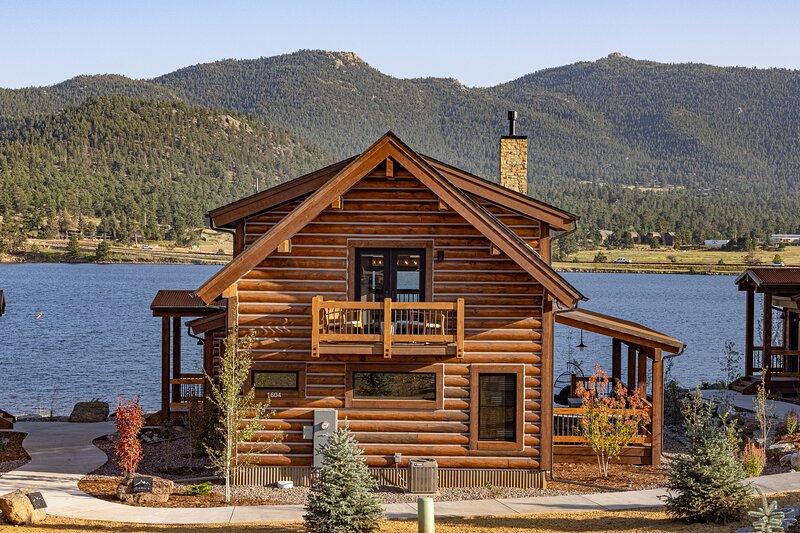 Lake Ridge Escape - Surrounded Lake and Mountains! Indoor/Outdoor Fireplace, alquiler de vacaciones en Glen Haven