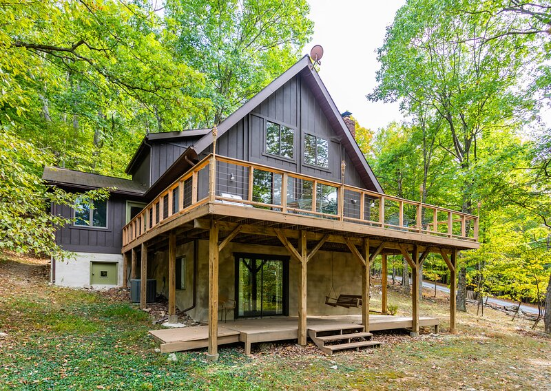 Chalet Cabin with Private Lake, WiFi, & Huge Deck!, holiday rental in Great Cacapon