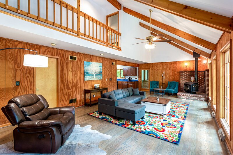Coolfont Cabin: Huge Deck, Grill, 10 Mins to Town!, holiday rental in Great Cacapon