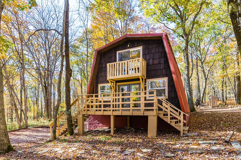 Cabin with Private Lake/Beach, Fire Pit, & WiFi!, holiday rental in Reedsville