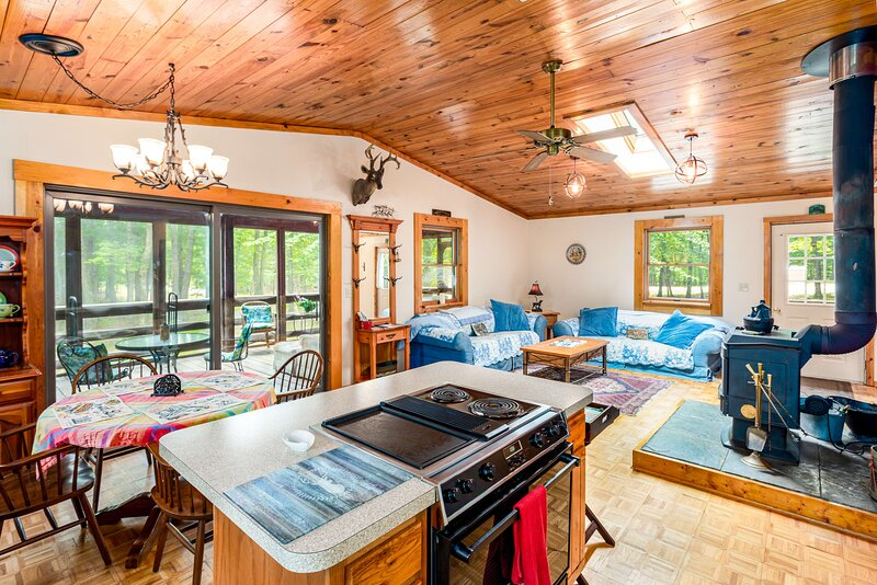 Cabin w Hot Tub, River/Kayak, WiFi, & Fire Pit!, holiday rental in Great Cacapon