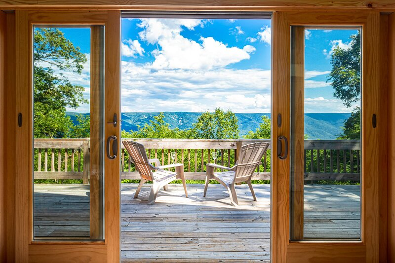 Chalet Cabin w Amazing Views, Huge Deck, Fire Pit!, holiday rental in Great Cacapon