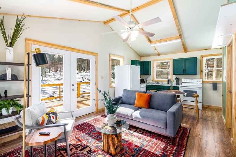 Cozy Cabin w Huge Deck, FirePit, Lake/Beach, WiFi!, holiday rental in Wardensville