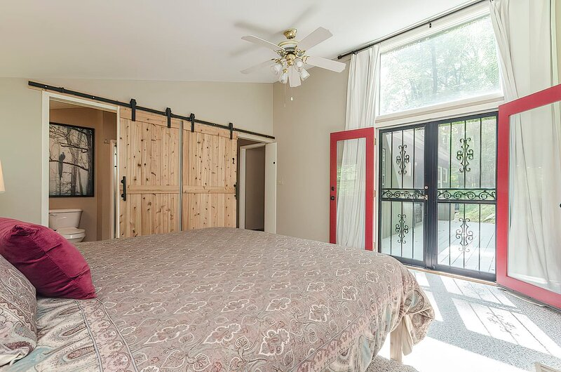 Secluded Oasis w Hot Tub, Screened-in Porch, WiFi!, holiday rental in Great Cacapon